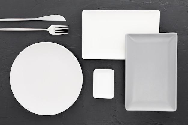 Vista superior elegante cubiertos en la mesa