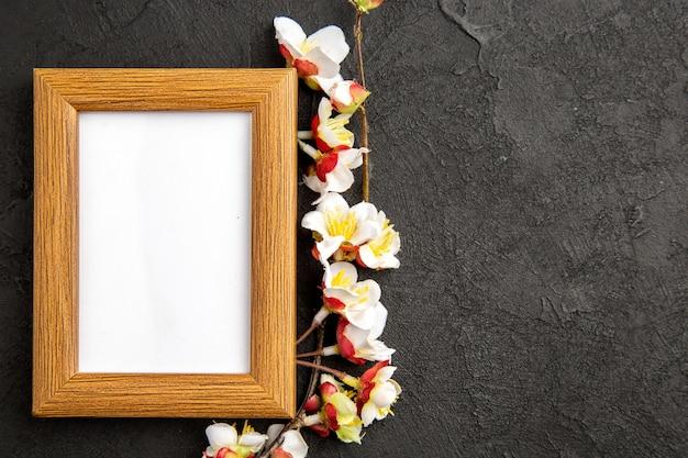Vista superior elegante marco de fotos sobre fondo gris oscuro retrato regalos familiares foto amor presente color
