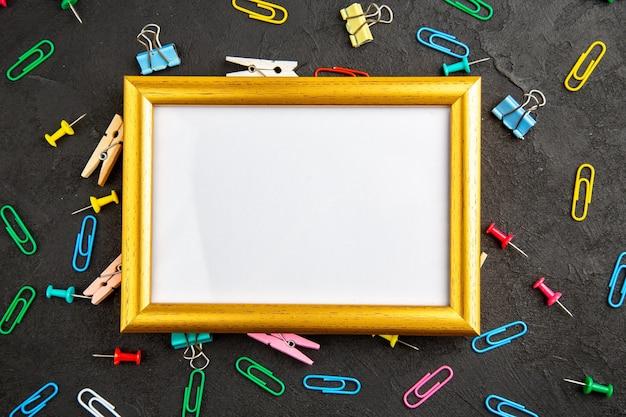 Vista superior elegante marco de fotos sobre un fondo oscuro regalo presente amor foto retrato color familia