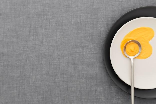 Vista superior elegante plato con espacio de copia