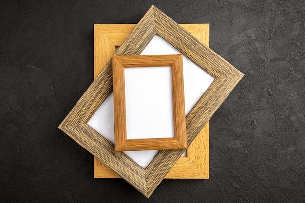 Vista superior elegantes marcos de fotos en una superficie de color gris oscuro regalo presente foto retrato amor familiar