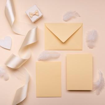Vista superior elegantes sobres de boda con cinta