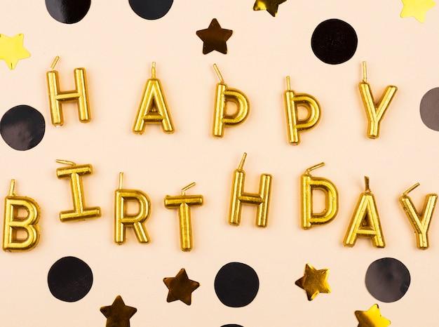 Vista superior de elegantes velas de feliz cumpleaños