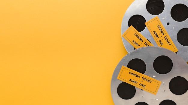 Vista superior de elementos cinematográficos con espacio de copia