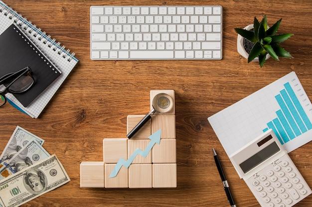 Vista superior de elementos comerciales y flecha de crecimiento con teclado