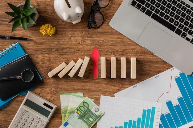 Vista superior de elementos comerciales y flecha de crecimiento.