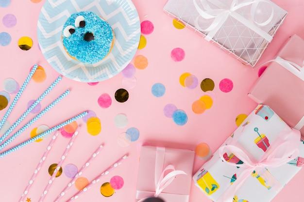 Vista superior elementos de cumpleaños con confeti