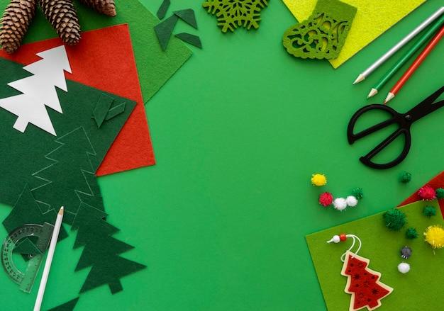 Vista superior de elementos esenciales para la elaboración de regalos de navidad con espacio de copia