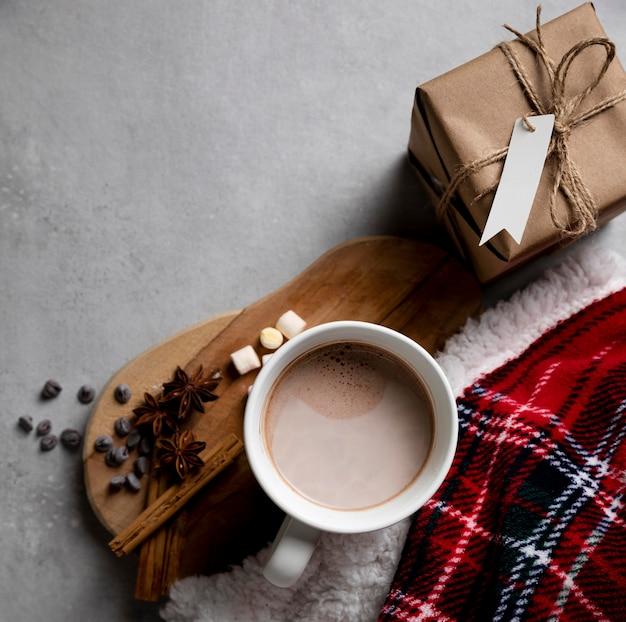 Vista superior de elementos higge de invierno con taza de chocolate caliente