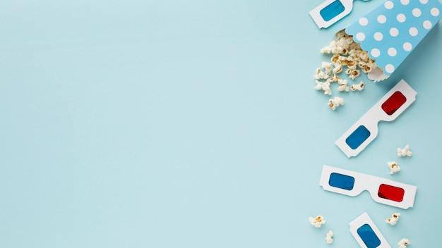 Vista superior de elementos de película sobre fondo azul con espacio de copia