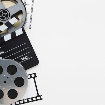 Vista superior de elementos de película sobre fondo blanco con espacio de copia