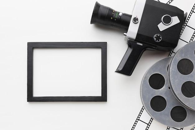 Vista superior de elementos de película sobre fondo blanco.