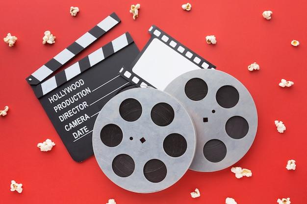Vista superior de elementos de película sobre fondo rojo.