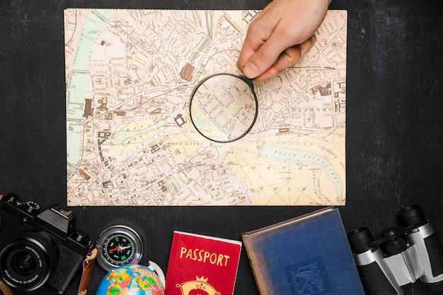 Vista superior elementos de viaje debajo de mapa