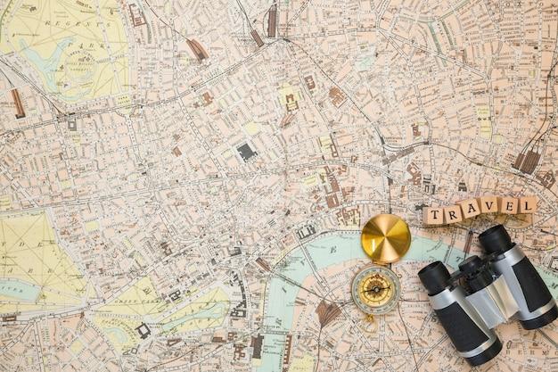 Vista superior elementos de viaje sobre mapa