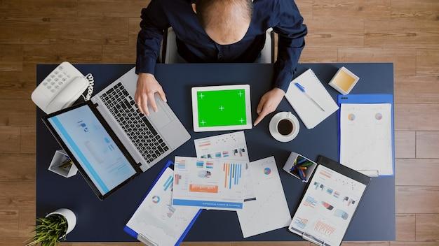 Vista superior del empresario escribiendo experiencia en estadísticas de gestión intercambiando ideas sobre ideas de empresa