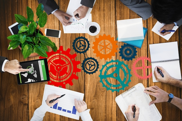 Vista superior de empresarios trabajando con iconos pintados en la mesa