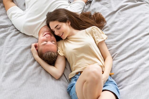 Vista superior encantadora pareja en la cama