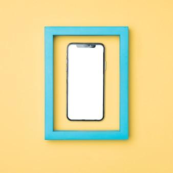 Vista superior enmarcada maqueta smartphone