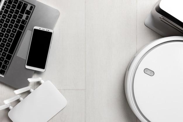 Vista superior del enrutador wi-fi con aspiradora y dispositivos inteligentes