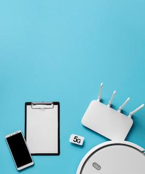 Vista superior del enrutador wi-fi con teléfono inteligente y espacio de copia