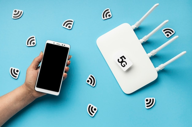 Vista superior del enrutador wi-fi con teléfono inteligente y símbolo 5g