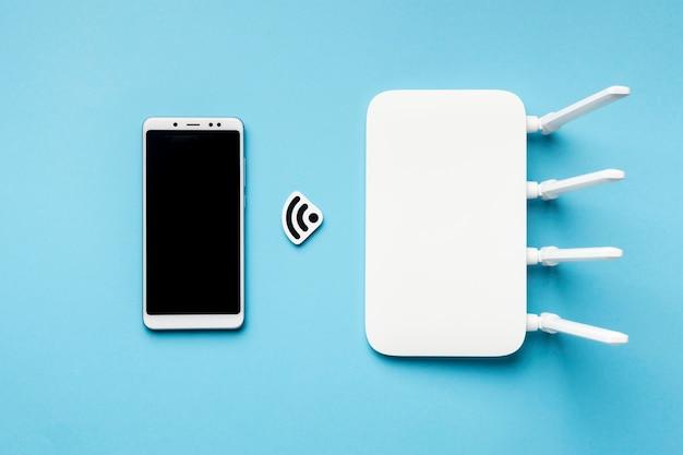 Vista superior del enrutador wi-fi con teléfono inteligente