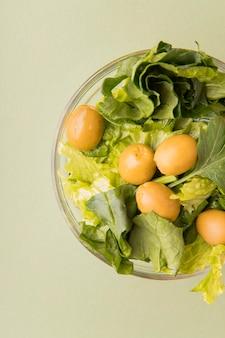 Vista superior ensalada con aceitunas