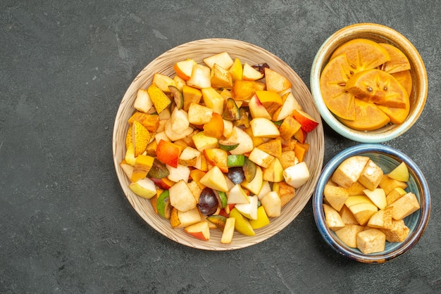 Vista superior de ensalada afrutada con frutas frescas en rodajas
