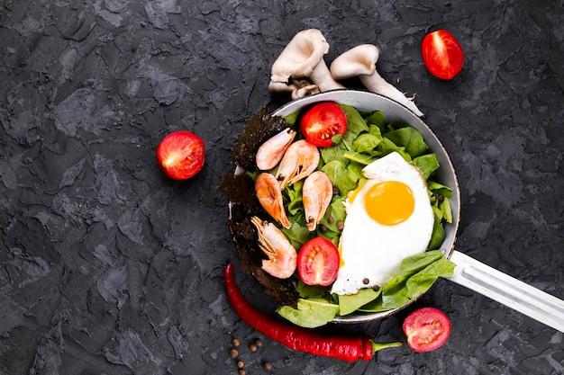 Vista superior de ensalada de camarones y huevo