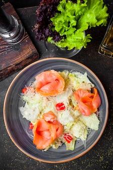 Vista superior ensalada césar con filetes de salmón