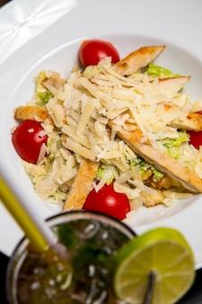 Vista superior ensalada césar con pollo