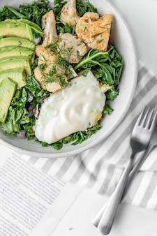 Vista superior de la ensalada fresca con huevo frito