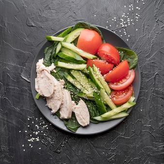 Vista superior ensalada fresca con pollo y verduras