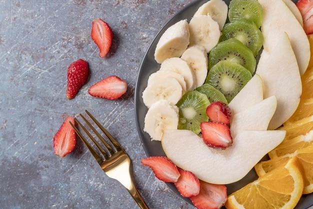 Vista superior ensalada de fruta fresca con kiwi y plátano