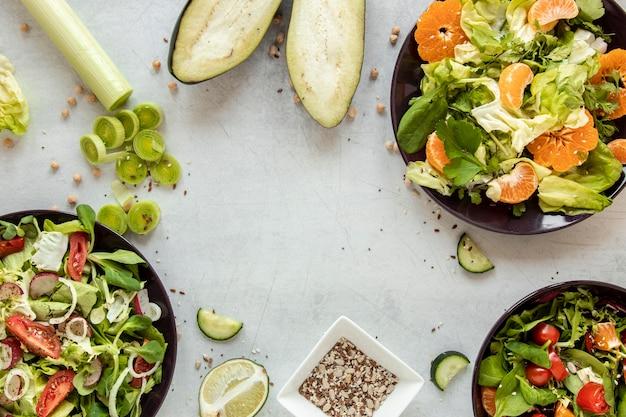 Vista superior ensalada con frutas y verduras