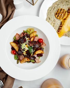 Vista superior de ensalada de jamón con verduras