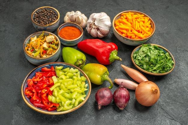 Vista superior de ensalada de pollo con verduras y verduras en la salud madura de la dieta del piso oscuro
