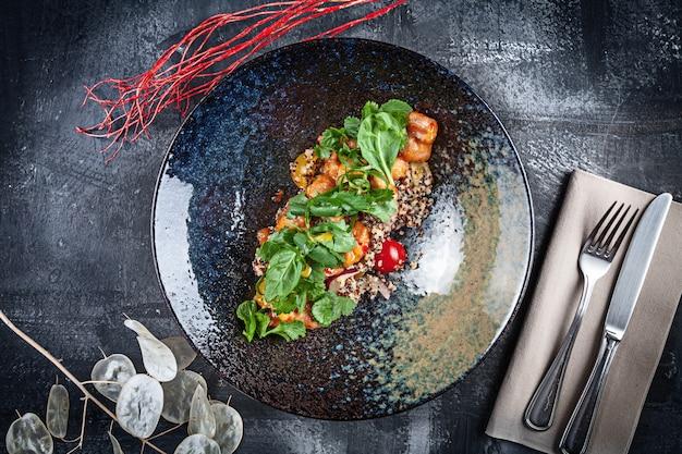 Vista superior de ensalada de quinua fresca con tempura de pollo, tomates cherry, albahaca y salsa agridulce. copia espacio concepto de comida sana. almuerzo o sabroso aperitivo. menú de verano ensaladera casera