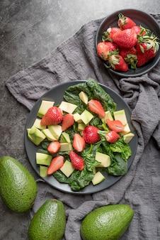 Vista superior ensalada saludable con fresas y aguacate