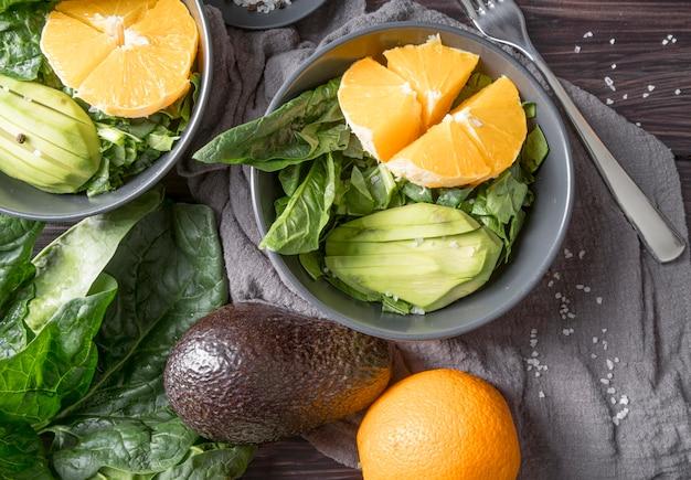 Vista superior ensalada saludable lista para ser servida