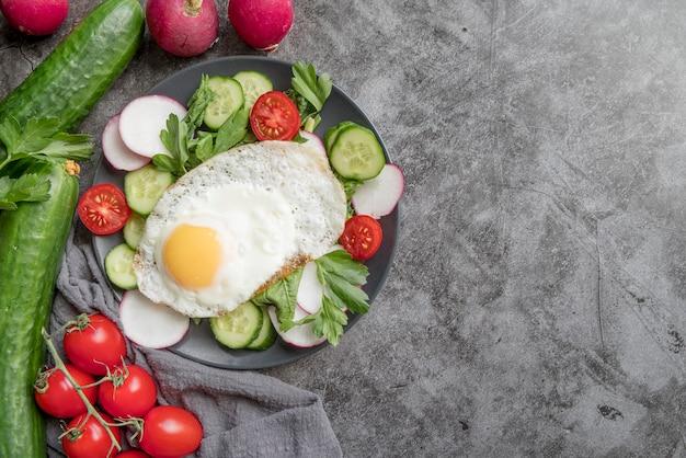 Vista superior ensalada saludable con verduras y huevo