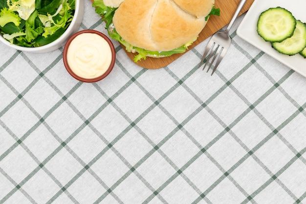 Vista superior de ensalada con sandwich y espacio de copia