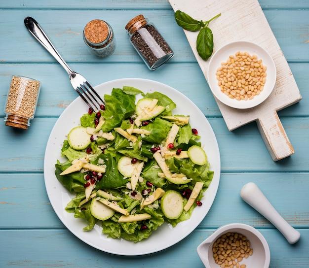 Vista superior ensalada verde orgánica con semillas en frascos