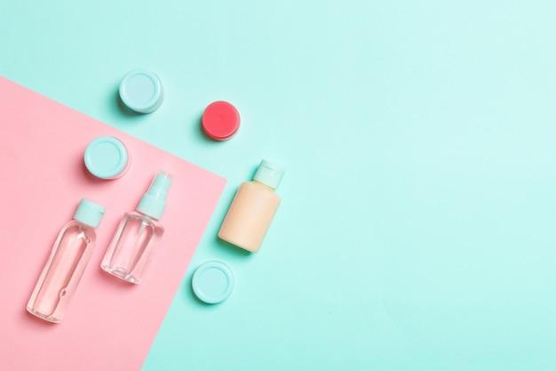 Vista superior de envases cosméticos