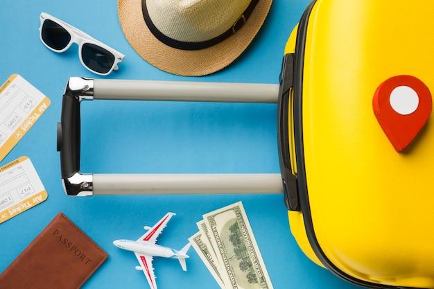 Vista superior de equipaje y elementos esenciales de viaje con precisión