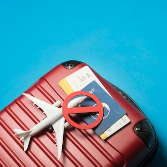 Vista superior de equipaje sobre fondo azul