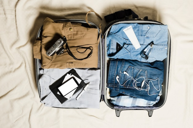 Vista superior equipaje de viaje