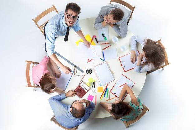 Vista superior del equipo empresarial en el espacio de trabajo.