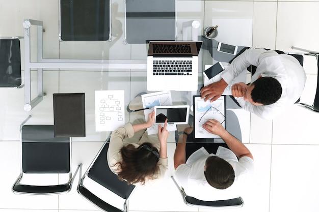 Vista superior. equipo empresarial haciendo un informe financiero. el concepto de profesionalismo